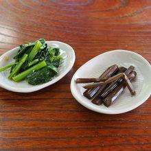 サービスの小鉢、野沢菜ときゃらぶき