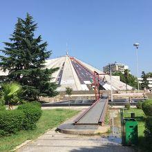 エンヴェル ホジャのピラミッド