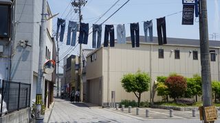 洗濯物のようにジーンズがぶら下がったりして
