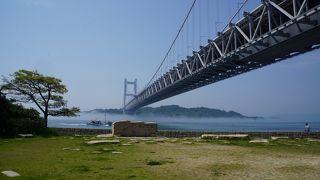 瀬戸大橋を真下から見上げる眺めと瀬戸内海に向かって伸びていく大橋の両方の眺めを堪能できる立地