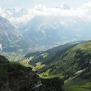 壮大な景色の中をハイキング
