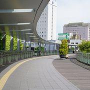 岐阜駅の二階から出たところから延びるペデストリアンデッキ