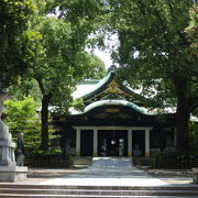 緑に囲まれた神社