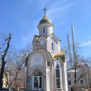 潜水艦の近くにあるおもちゃみたいな教会。