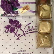 可愛いパッケージのスミレのキャンディ