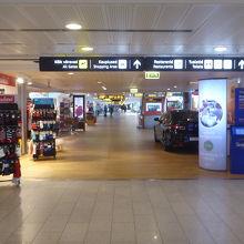 空港内の様子、免税店もあります