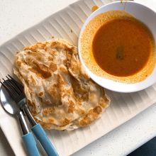 朝食といえばロティプラタ。フィッシュカレーも美味しかった。