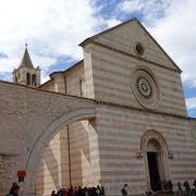 大理石の威風堂々とした教会