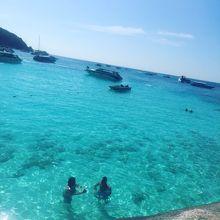 シミラン諸島と、ホテルのプール