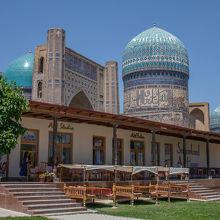 ビビハニム モスクの目の前