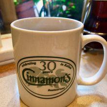 可愛いロゴ入りマグカップのコーヒー($2.75)