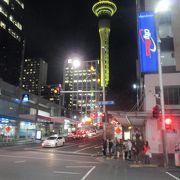 クイーン・ストリートからライトアップされたスカイタワーが見えました