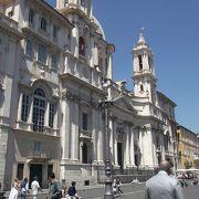 ナヴォーナ広場の横にある白い教会