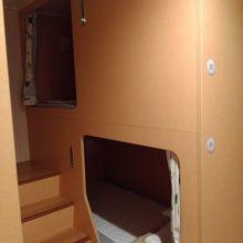 二等洋室のカプセルホテル形式のベッド