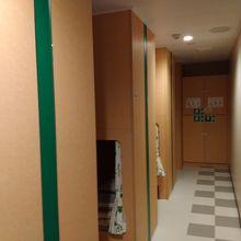 二等洋室(上下2段のベッドが4列、8人分あります)
