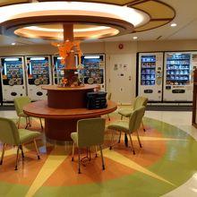 オーシャンプラザ・多くの自販機が並んでいます。食事、歓談の場