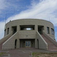 円形の建物です