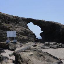 固い岩をくり抜いたその力に驚く
