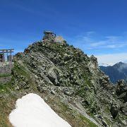 雄山の山頂に建つ神社