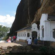 石窟の中に仏像がならんでいます。