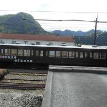 電車にも「世界遺産登録」の看板。広い構内は貨物営業の名残。