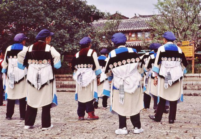 ナシ族の踊りが見られます