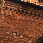 壁面の修道士の顔は通りに面した壁にありますが、下から見るととても小さいです。