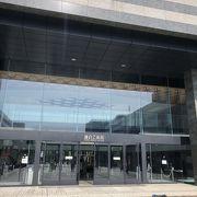 JR大船駅より徒歩10分!大きなホールです。