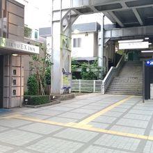 右に見えるのが新馬場駅北口、左側に見えるのがホテル入り口