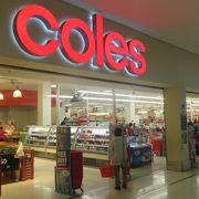 スーパーマーケットcolesがあり、駐車場は2時間無料です。