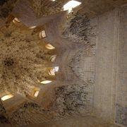 天井が特徴的な部屋