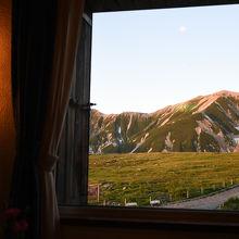 レストランから眺めた、夕日を浴びる立山です