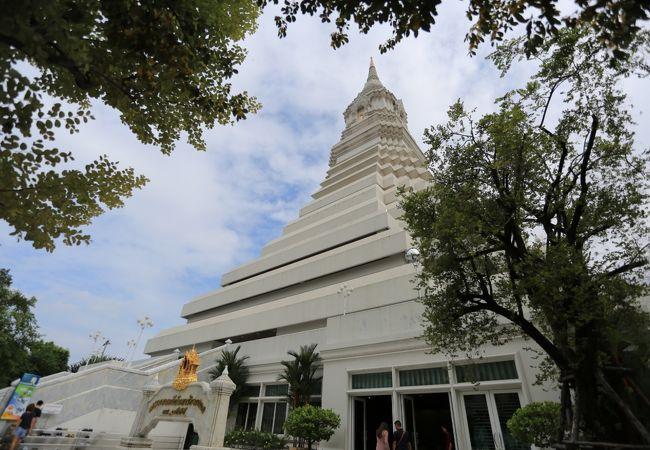 仏塔のある建物