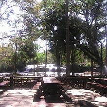 滝を眺めてゆっくりと食事できるレストランがあります。