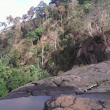 断崖絶壁の滝の上から、ヤッホーーーーーーー。