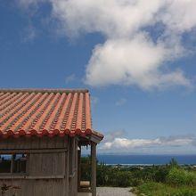 青空に映える赤瓦の建物