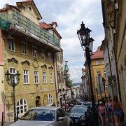 暑い日でした!プラハ城の方からこの通りを歩きました。