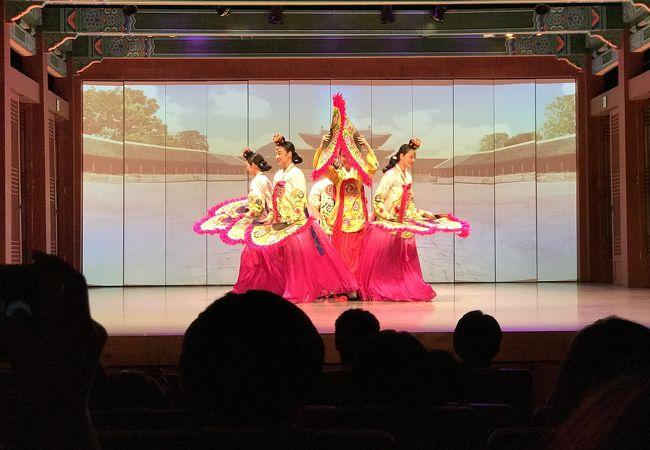 地味な韓国舞踊の公演かと思っていましたが大間違いでした。