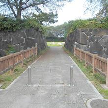 大手門には立派過ぎる石垣?が復元整備。