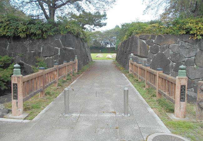 鎌倉時代に思いをはせる平城。土塁に石垣までつくるのはやり過ぎでは?