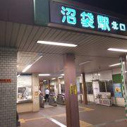 駅の周辺には地元に根付いた駅前商店街