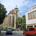 フランツ・カフカの像のすぐ近くにある教会