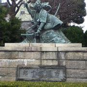 迫力のある銅像