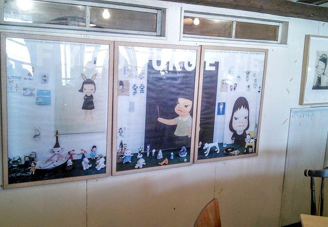 奈良美智さんのアートが飾られたカフェ