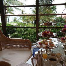 ホテルと海の景色を眺めながらのアフタヌーンティー。贅沢感有り
