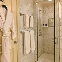 客室のバスルーム(1) ハンドシャワーもあるといいんだけど…