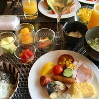 クラブラウンジ(朝食)。フルーツとサーモンは小容器入り。