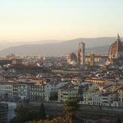 高台からフィレンツェの街並みを望む