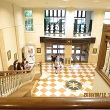 2階のレセプションから見た1階、外国人も宿泊していました