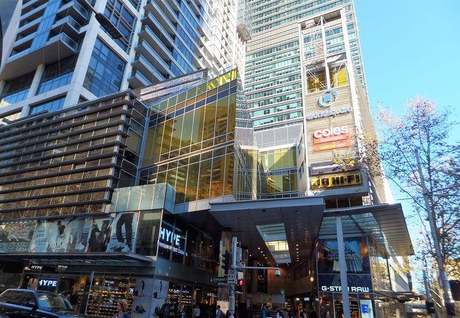 スーパーやショップがたくさん入っているショッピングセンター